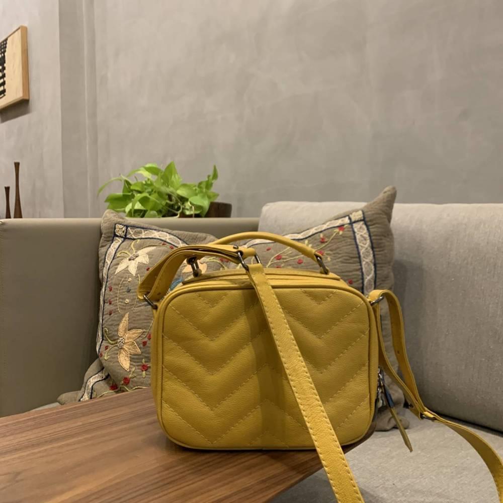 SANTORINI Bolsa quadradinha básica couro legítimo amarela
