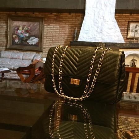 VERSALHES GRANDE Bolsa de corrente em couro legitimo preta com metais dourados matelassê chevron