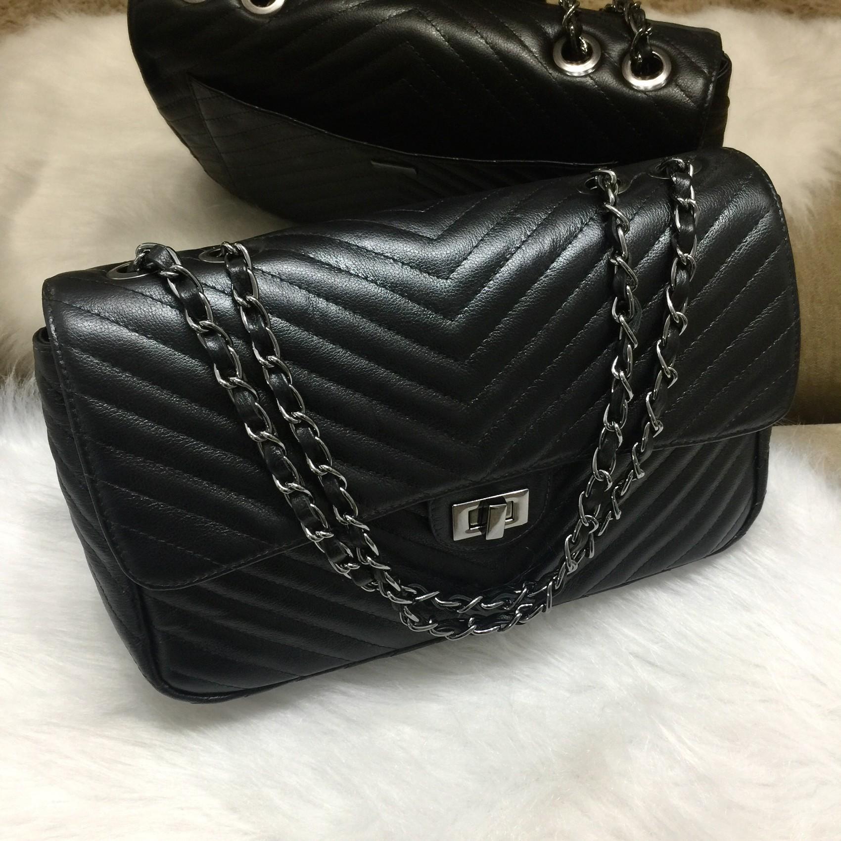 VERSALHES GRANDE Bolsa de corrente em couro legitimo preta com metais onix matelassê chevron