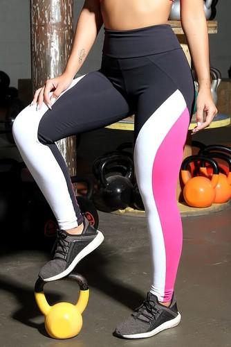 Calça Legging de Poliamida com Recortes Rosa - Carla
